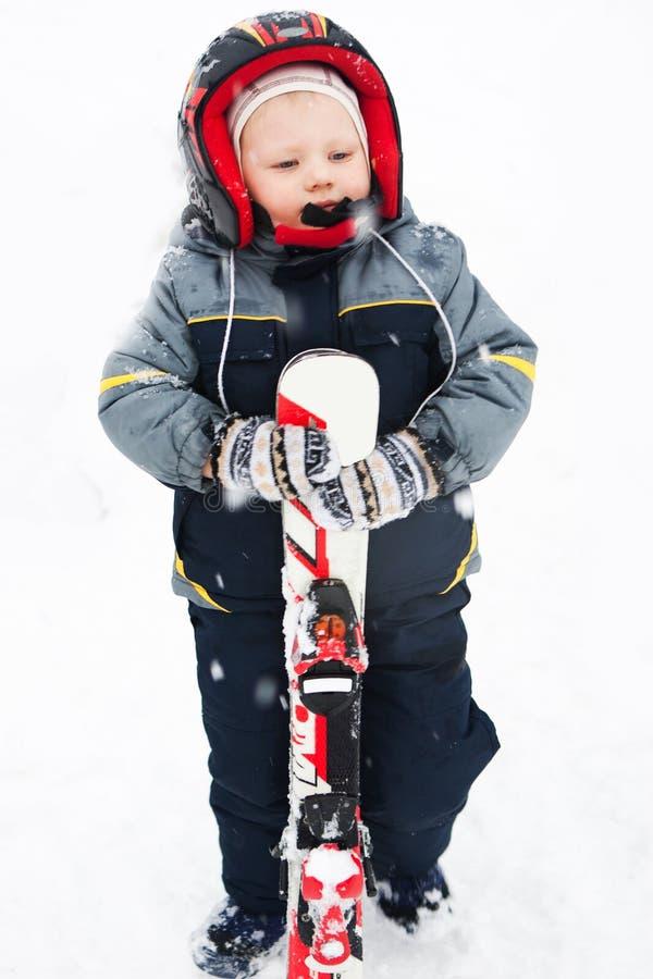 Обмундирование зимы лыжного курорта развлечений детей стоковые фото
