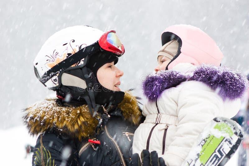 Обмундирование зимы лыжного курорта развлечений семьи стоковое фото rf
