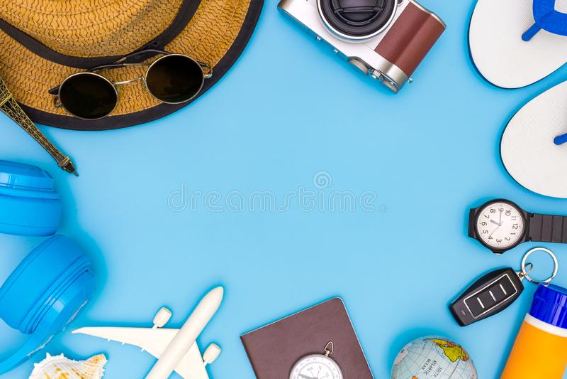 Обмундирование и аксессуары путешественника на голубой предпосылке с космосом экземпляра, концепцией перемещения, надземным взгля стоковые изображения