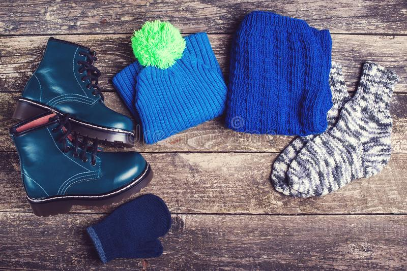 Обмундирование осени или зимы Одежды и аксессуары моды ` s мальчика на деревянной предпосылке стоковая фотография