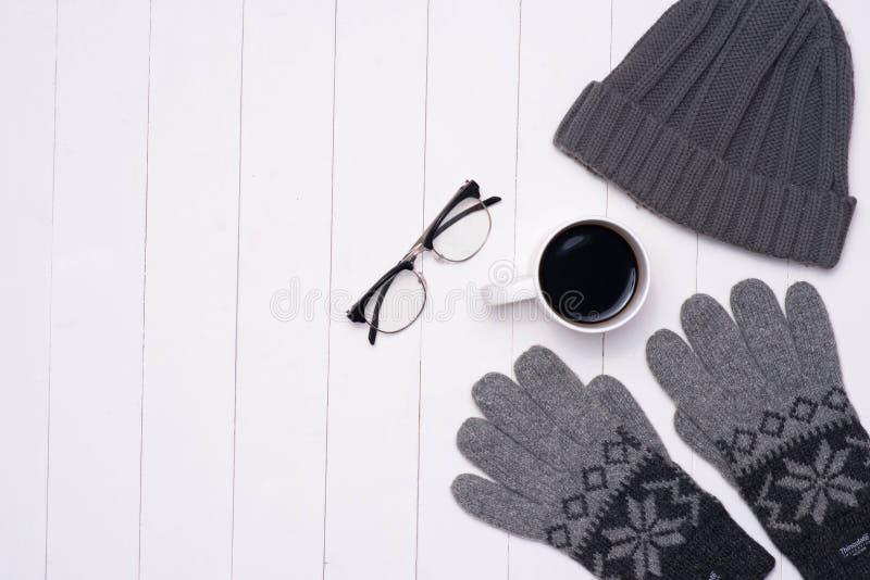 Обмундирования зимы ` s людей вскользь с кофейной чашкой и eyeglasses на wo стоковые изображения rf