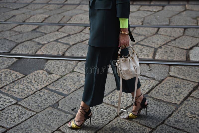 Обмундирования стиля улицы на неделе моды милана стоковые фото