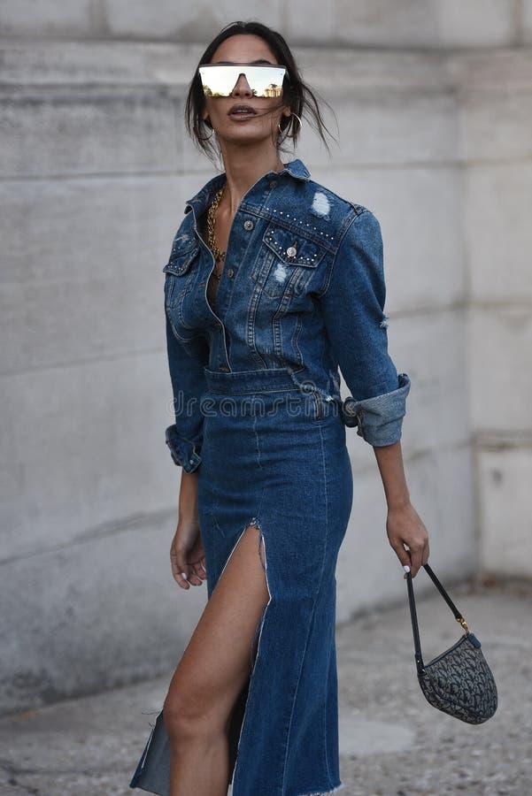 Обмундирования стиля улицы на неделе моды Парижа стоковые фотографии rf