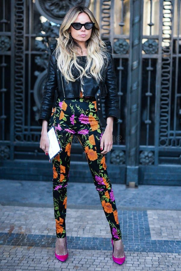 Обмундирования стиля улицы на неделе моды Парижа стоковые фото