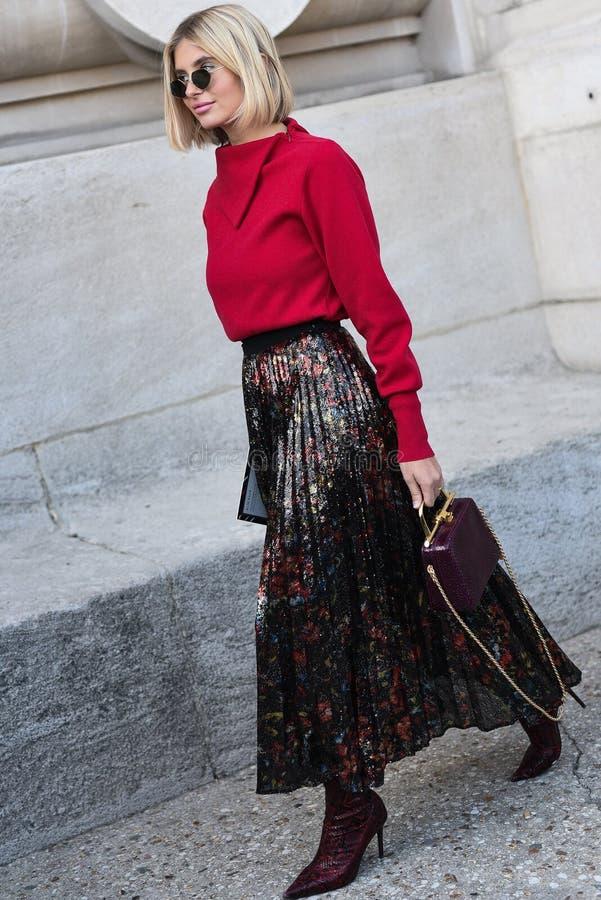 Обмундирования стиля улицы на неделе моды Парижа стоковое изображение