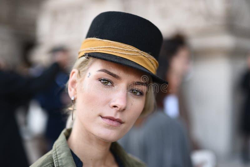 Обмундирования стиля улицы на неделе моды Парижа стоковая фотография