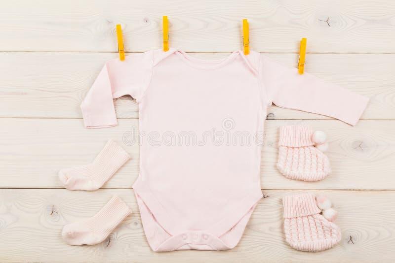 Обмундирование ребёнка с колышками стоковое изображение