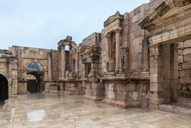 Обмылки сцены южного театра в большем римском городе Jerash - Gerasa, разрушенное землетрясением в ОБЪЯВЛЕНИИ 749, размещает стоковые изображения