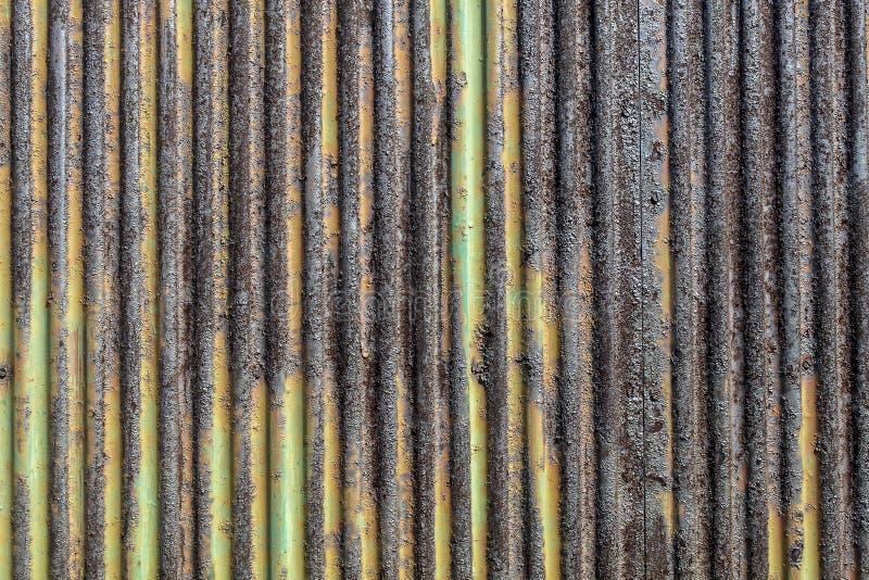 Обнажанный зеленый покрашенный металл текстурирует тяжело гофрированный стоковое изображение