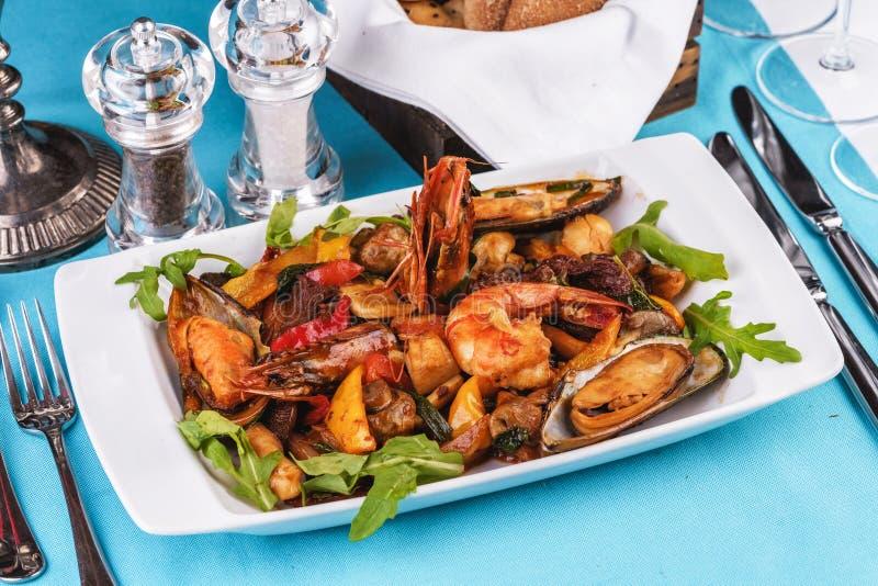 Обнаженные креветки, мидии, жакеты с овощами, красный и зеленый перец, Ð¿ стоковые фотографии rf