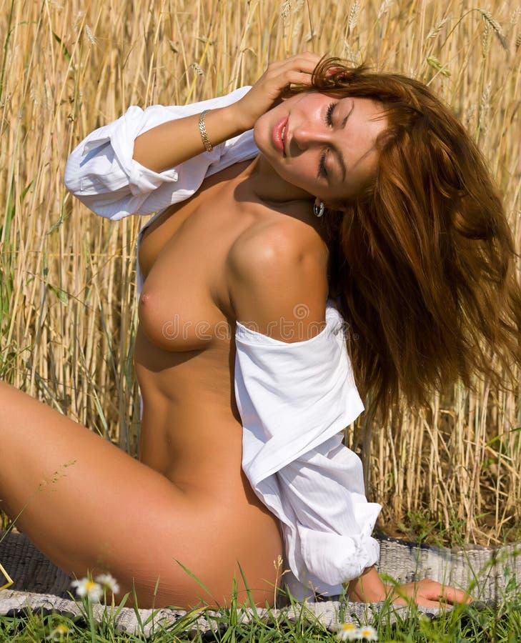 Download Обнажённая девушка в поле. стоковое изображение. изображение насчитывающей волосы - 37928239