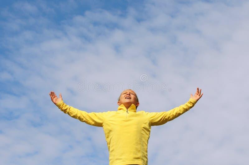 обнимает небо девушки стоковое изображение rf