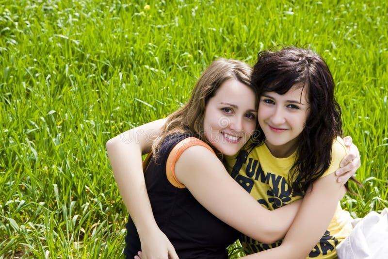 обнимать друзей стоковое фото