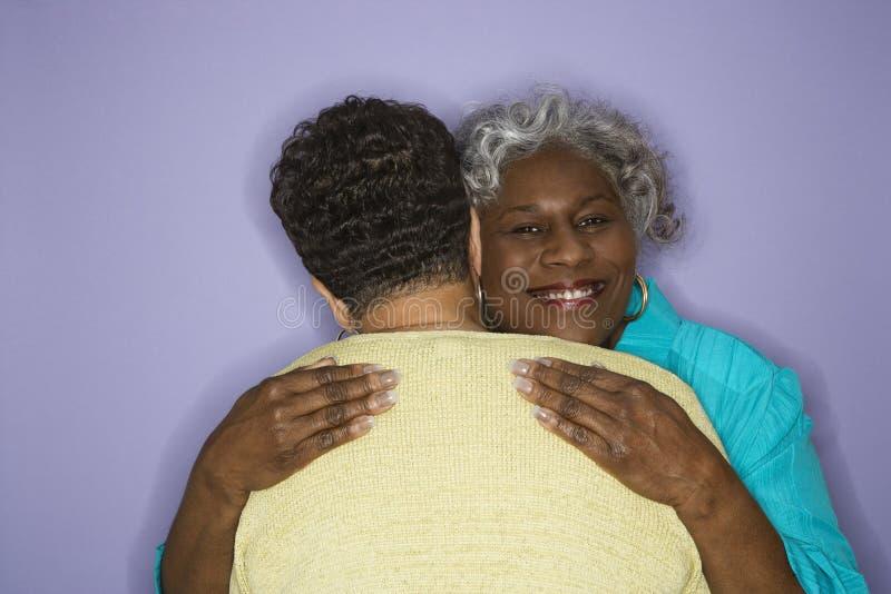 обнимать женщин стоковое фото rf