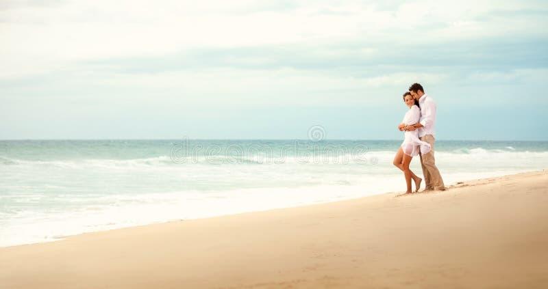 обнимать пар пляжа стоковая фотография rf