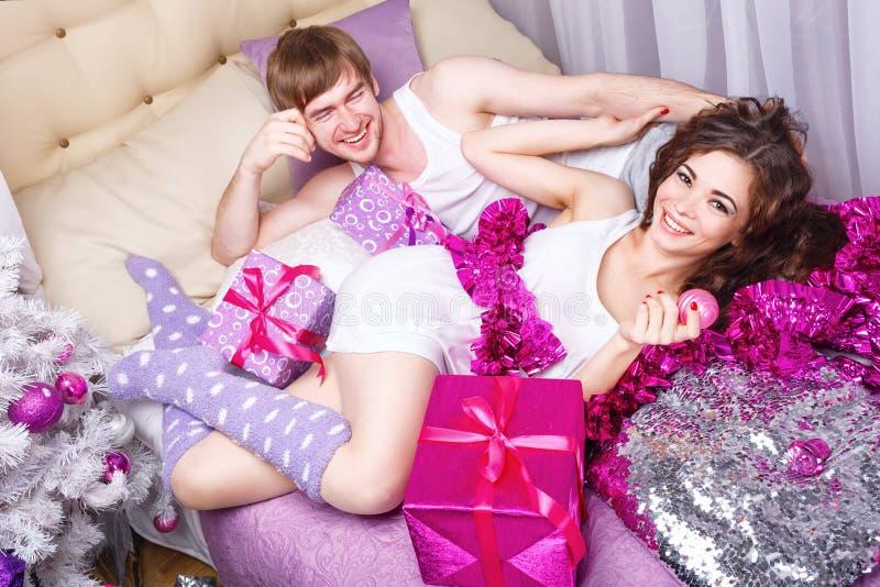 обнимать пар Рождество в кровати стоковая фотография