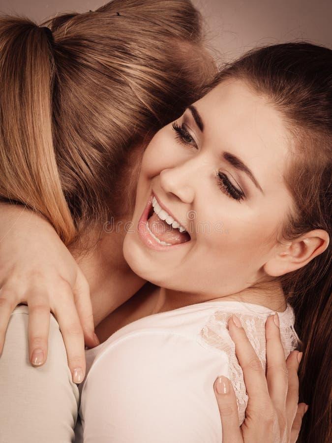 Обнимать 2 счастливый женщин друзей стоковые фотографии rf