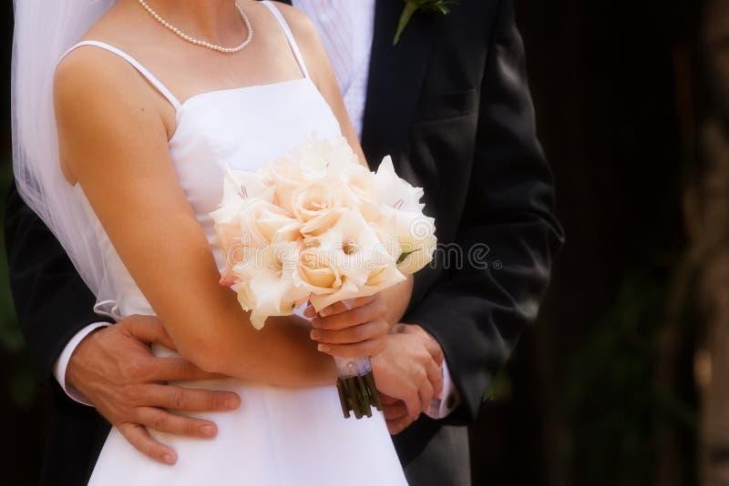 обнимающ розы белые стоковая фотография