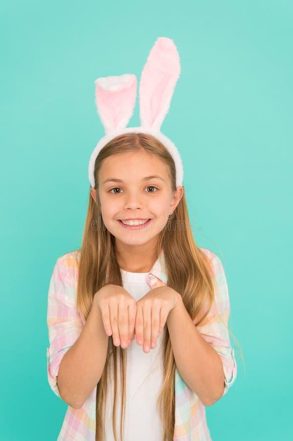 Ободрение сезона пасхи Держатель ушей зайчика милой маленькой девочки нося Аксессуар моды для партии костюма пасхи стоковые фотографии rf