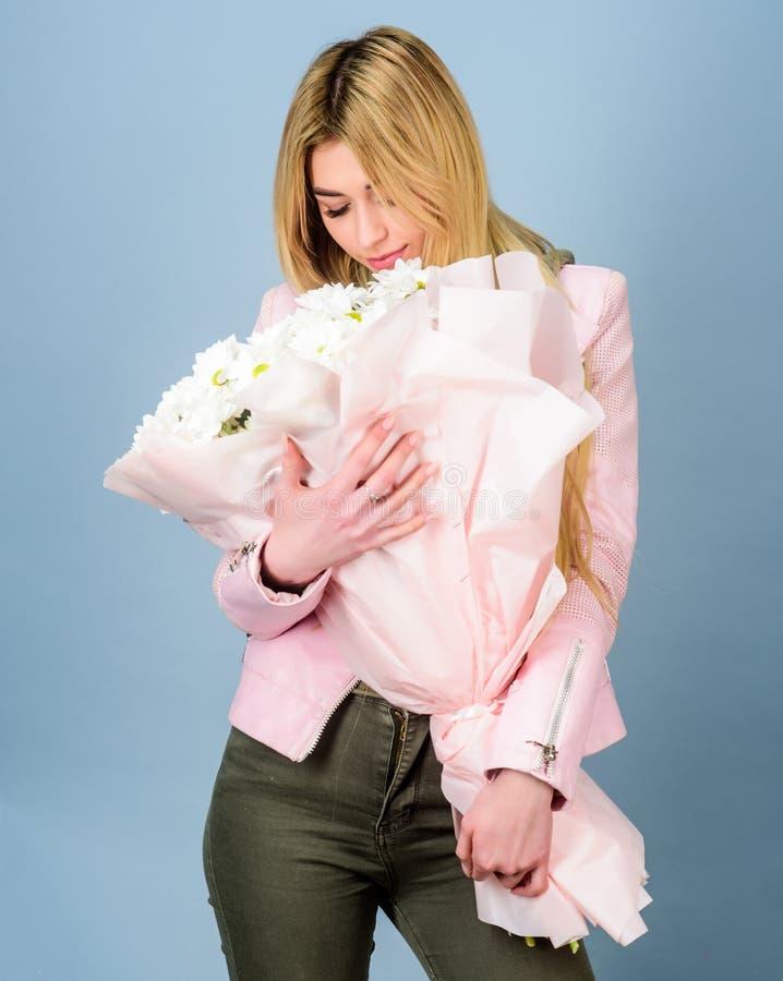 Обожайте стоцвет Обслуживание доставки цветков Символ стоцвета невиновности и нежности День матерей 8-ое марта дня рождения или стоковая фотография rf