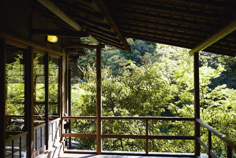 Обозревая зеленый лес в Киото, Японии стоковые изображения