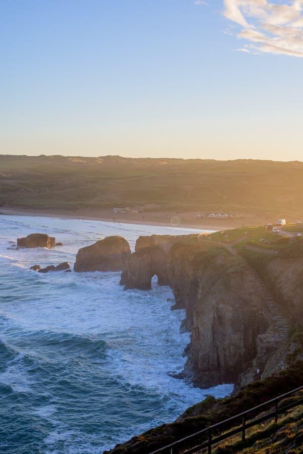 Обозревая пляж Perranporth на perranporth, Корнуолле, Англии, Великобритании Европе во время восхода солнца стоковые изображения rf