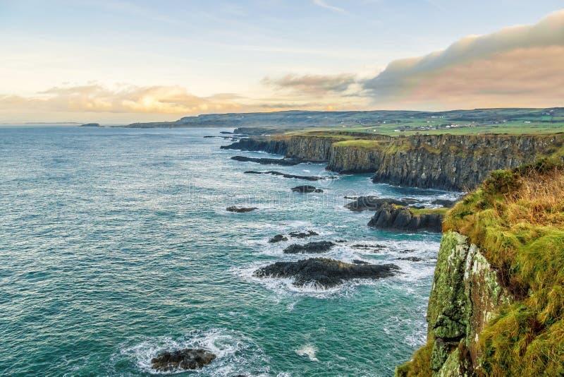 Обозревая Dunseverick на побережье Северной Ирландии антрима стоковые фото