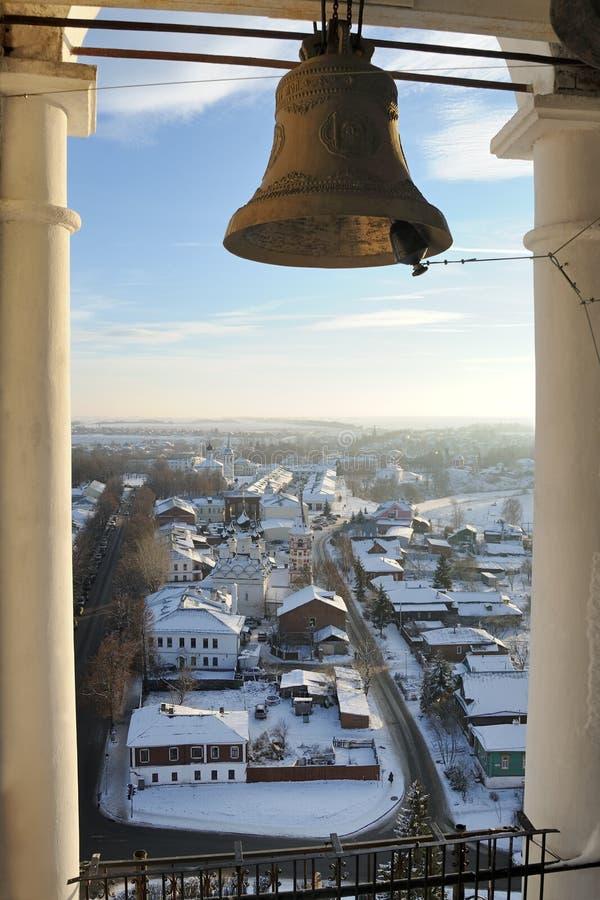 Обозревая Suzdal от колокольни монастыря Ryzopolozhensky стоковое изображение