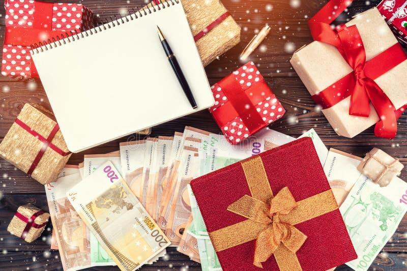 Обои на зимние отдыхи, подарок для любимых Деньги различных значений Взгляд сверху Влияние света и снежинок стоковые фото