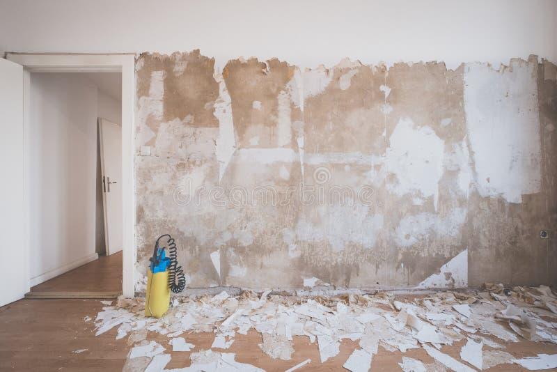Обои шелушения от стены комнаты квартиры стоковое фото