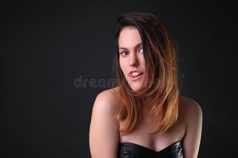Обольстительная девушка в черный сокращать платья смешной стоковое фото