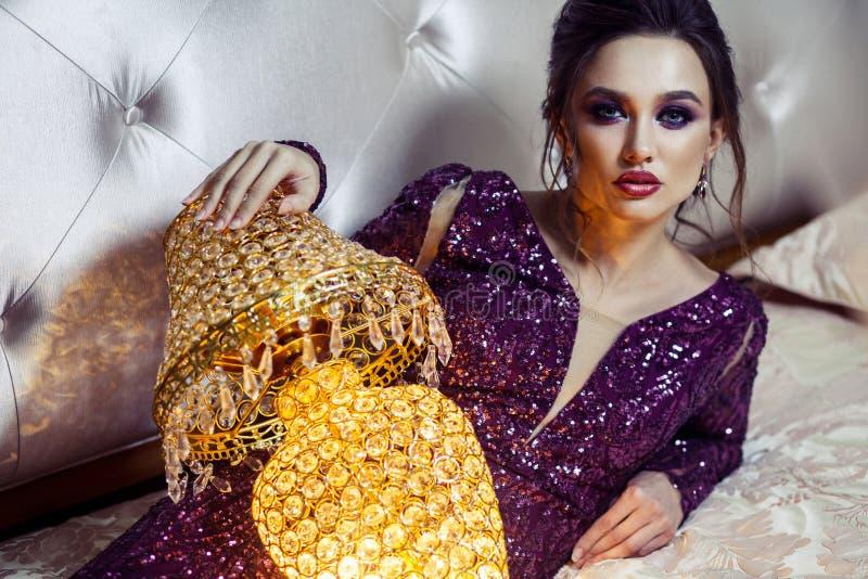 Обольстительная женщина в платье вечера, стиле причёсок и makeu hollywood стоковое фото rf