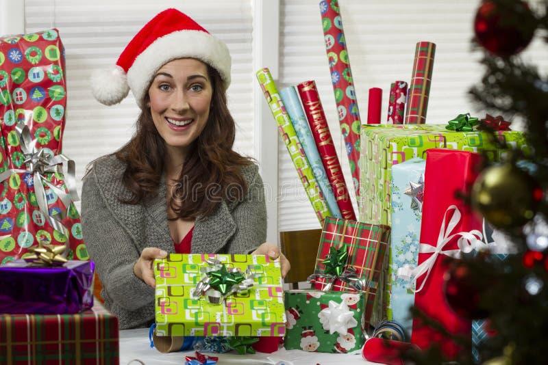 оборачивать женщины подарков на рождество стоковое изображение