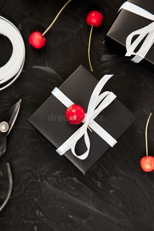 Оборачивать современные настоящие моменты рождества или подарков на день рождения стоковое фото rf