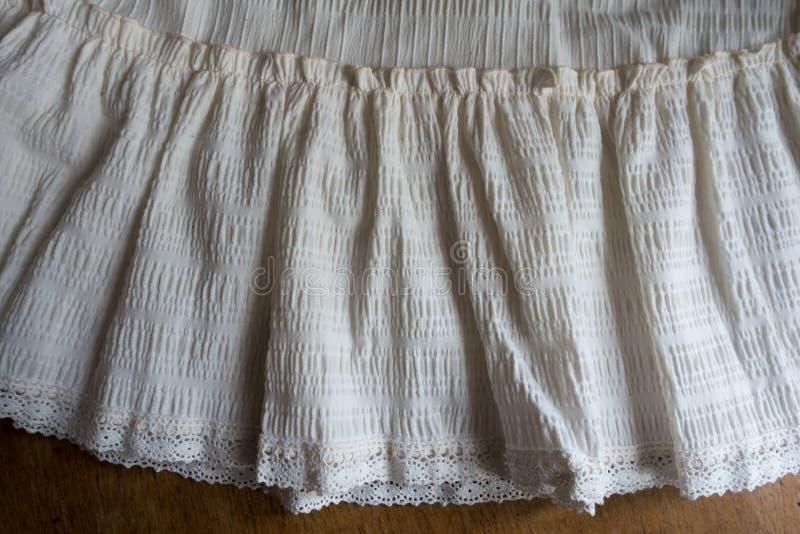 Оборка с шнурком на краю юбки стоковое фото rf