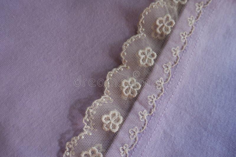 Оборка шнурка зашитая к mauve ткани стоковые изображения rf