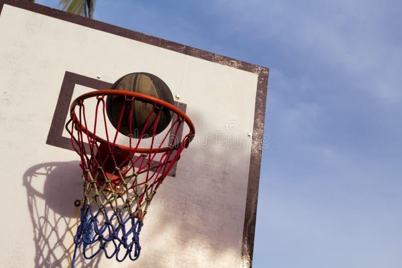 Оборудование баскетбольного матча внешнее Корзина и шарик Точный ход шарика в корзине стоковые изображения rf