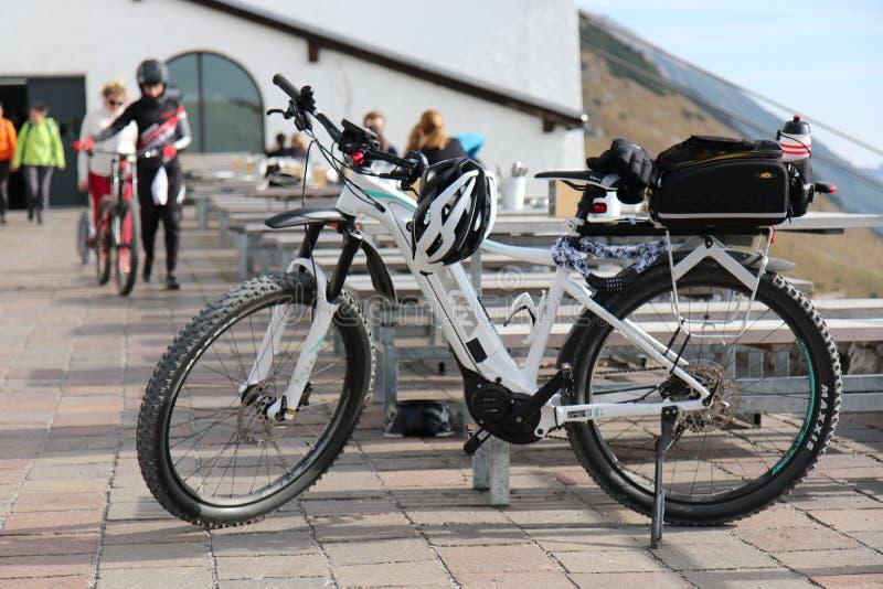 Оборудование в древесинах, bikepacking отключение горного велосипеда приключения в зеленых горах стоковые изображения rf