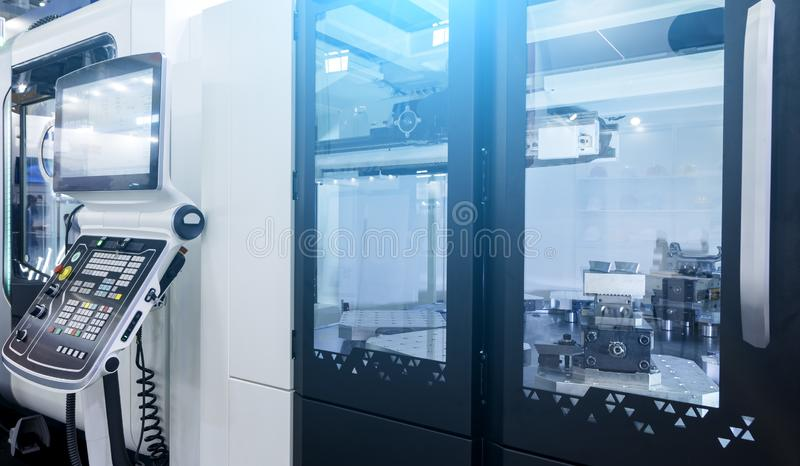 Оборудование в современной филируя умной фабрике Машина CNC или управления компьютера численного стоковая фотография rf