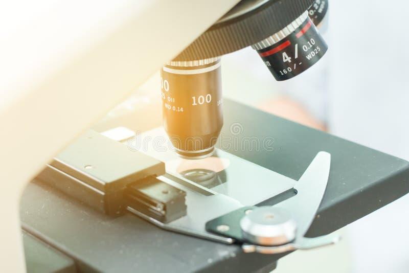 Оборудование для исследования экспериментирует в лаборатории науки, микроскопии и пустой трубке крови вакуума, микроскопе в медиц стоковое фото rf