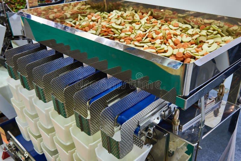 Оборудование для сортировать и упаковки продуктов питания стоковые изображения rf