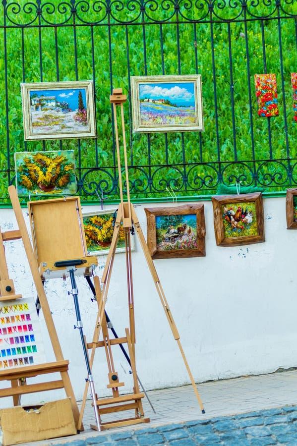 Оборудование искусства: мольберт, щетки, трубки краски, палитра и картины стоковые фотографии rf