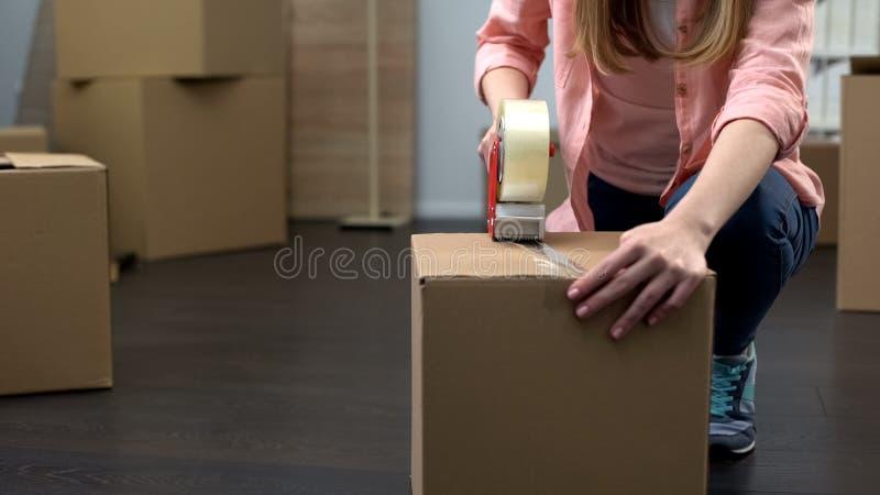 Оборудование и вещество упаковки работника офиса для удаления, экономического подъема стоковые фотографии rf