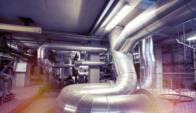Оборудование, кабели и тубопровод как найдено внутри современного industr стоковые изображения rf