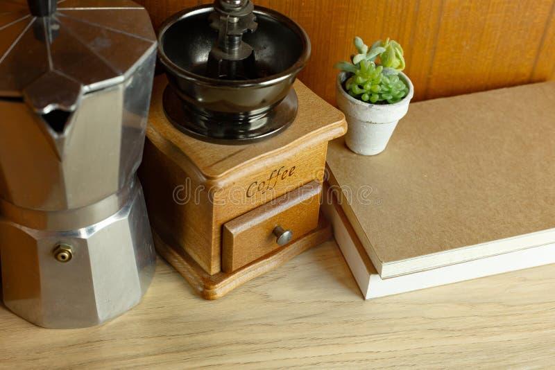 Оборудование кофе винтажное на деревянной таблице для концепции кофе стоковое фото