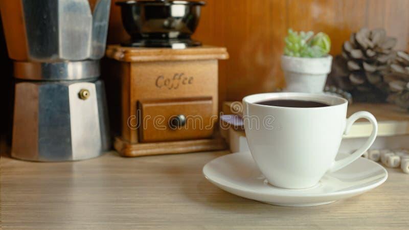 Оборудование кофе винтажное на деревянной таблице для концепции кофе стоковая фотография