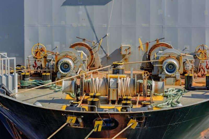 Оборудование на палубе forecastle корабля стоковые изображения