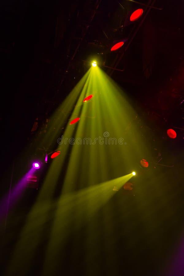 Оборудование освещения на этапе театра или концертного зала Лучи света от фар Галоид и электрические лампочки приведенные стоковая фотография rf