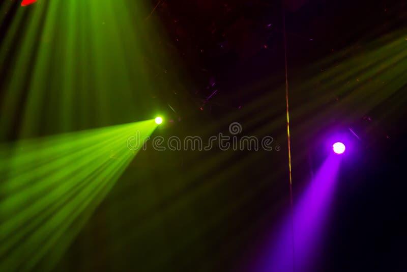 Оборудование освещения на этапе театра или концертного зала Лучи света от фар Галоид и электрические лампочки приведенные стоковое изображение