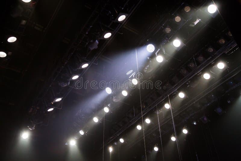 Оборудование освещения на этапе театра или концертного зала Лучи света от фар Галоид и электрические лампочки приведенные стоковое фото rf